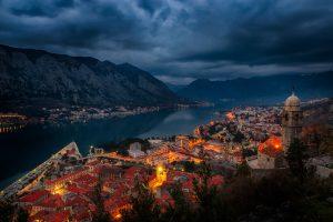 Nachtfoto der Bucht von Kotor, aufgenommen von der Kotor Festung.