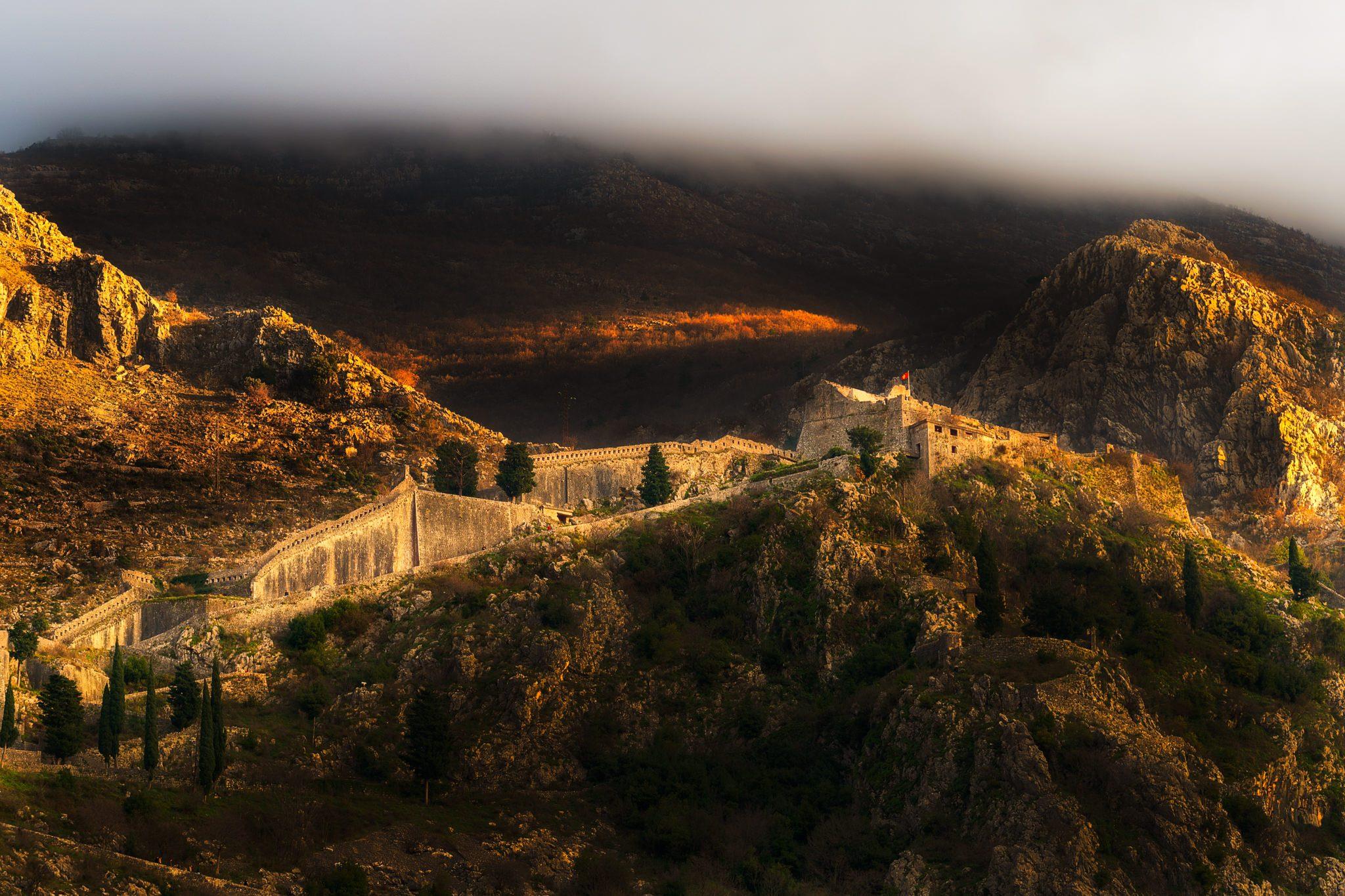 Panoramablick auf das Schloss Kotor, hinter Wolken.