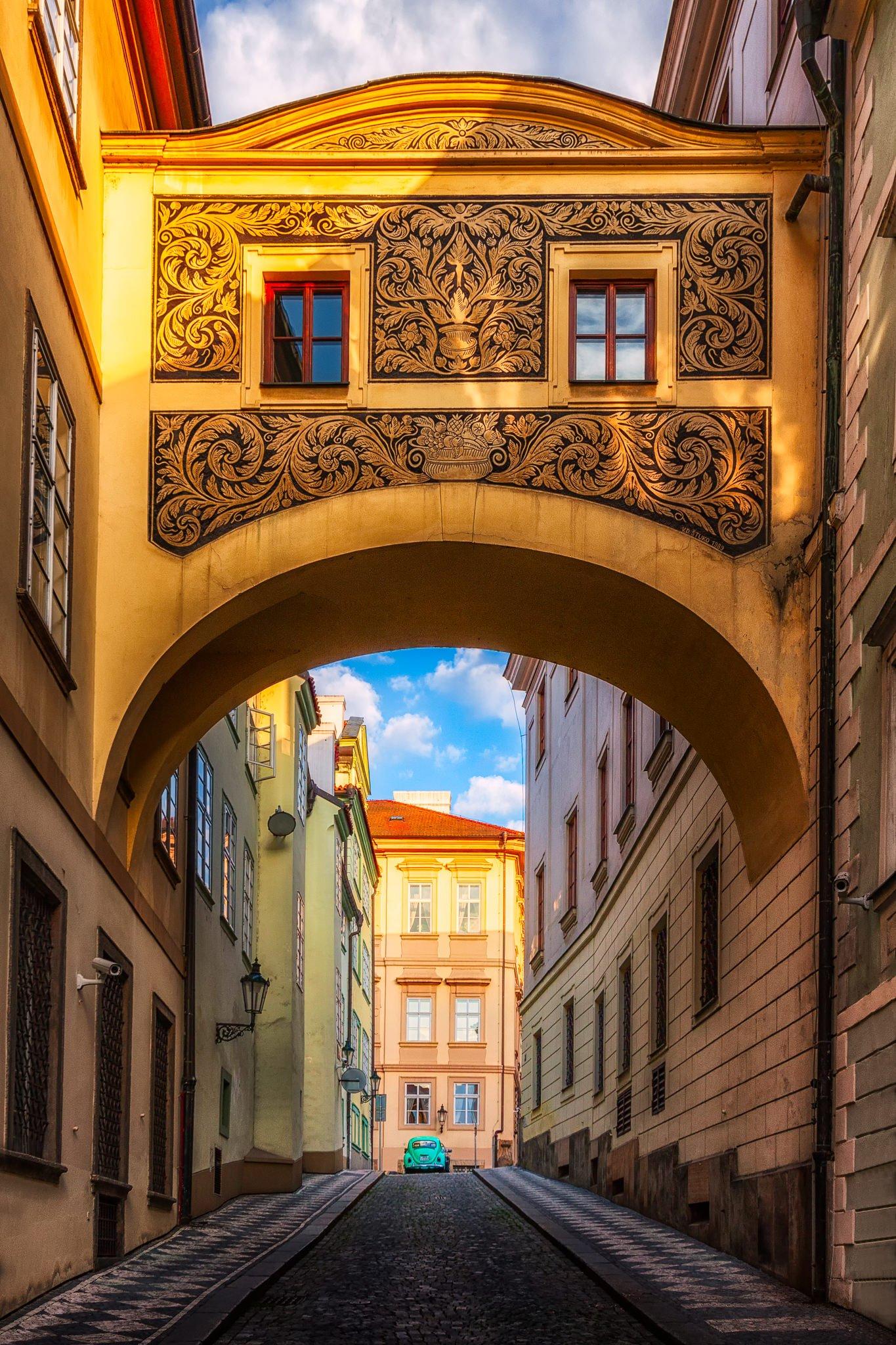 Tagesbild einer wunderschön gepflasterten Straße in der Malá-Gegend, Prag.
