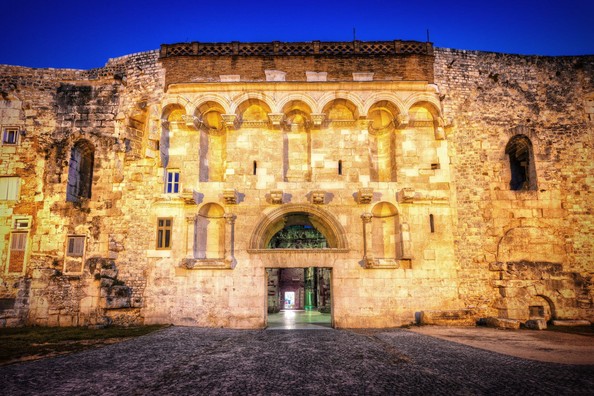Ein Foto aus Kroatien - ein majestätisches Tor zu den Stadtmauern von Split.