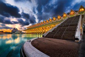 Ein ungewöhnlicher Blick auf das Wissenschaftsmuseum Príncipe Felipe, welches zur Stadt der Künste und der Wissenschaften gehört.