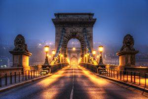 Széchenyi-Kettenbrücke in Budapest (Ungarn) bei Nacht mit Nebel über der Donau