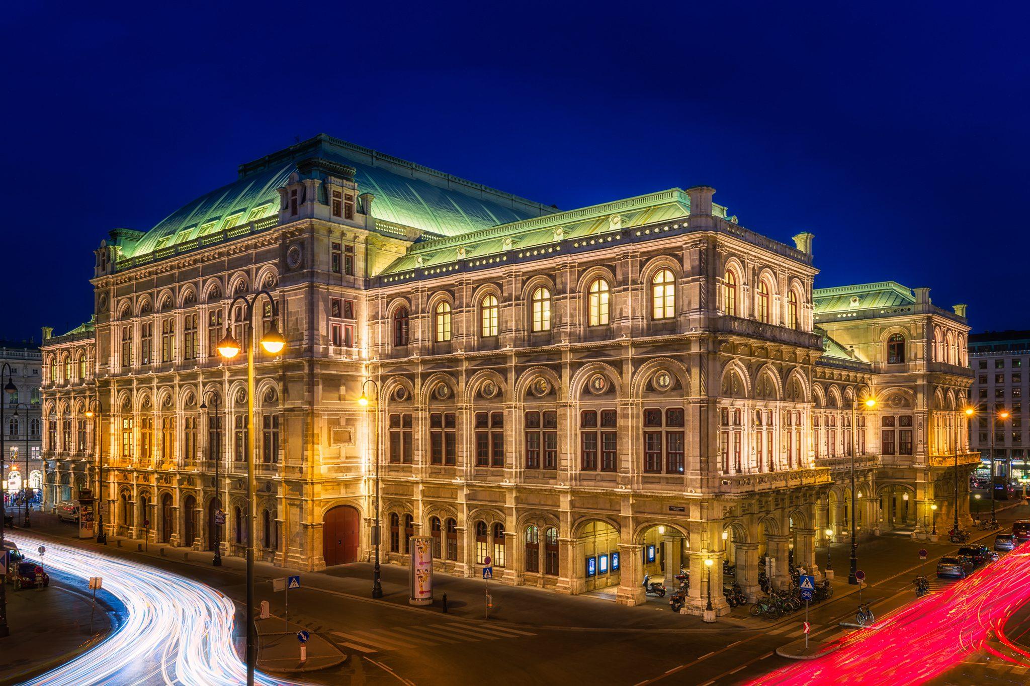 Gebäude der Wiener Staatsoper bei Nacht