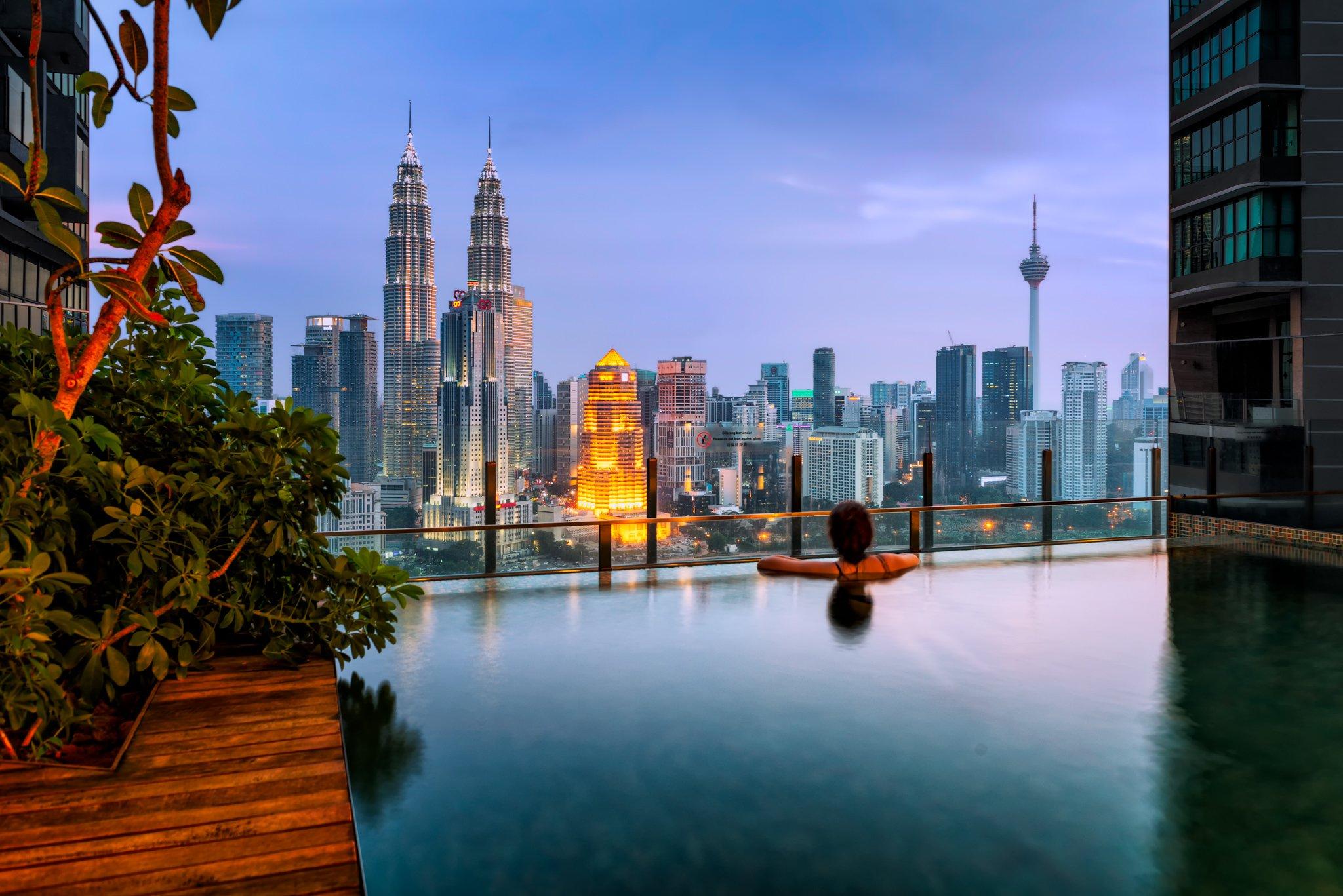 Uitzicht over Kuala Lumpur stad in Maleisië tijdens een zonsondergang vanaf het overloopzwembad.