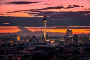 TV-toren In Berlijn en het centrum veroverd van de Storkower Straße. Tilt-Shift fotografie toegepast op het beeld.