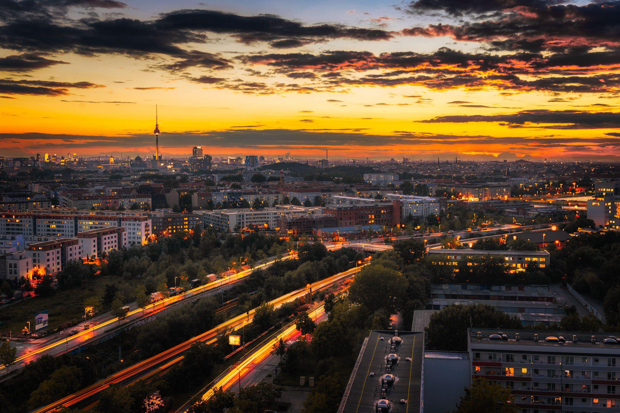Storkower Straße in Berlin, aufgenommen im Herbst 2016. Der Zeitblendeneffekt wurde für dieses spektakuläre Foto verwendet.