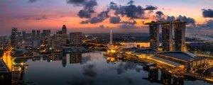 Panoramafoto Marina Bay, Singapur bei Sonnenaufgang.