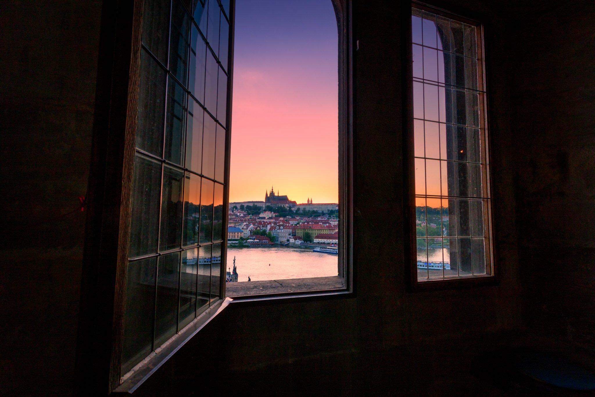 Dieses romantische Foto wurde vom Turm der Karlsbrücke in Prag, Tschechien aufgenommen.