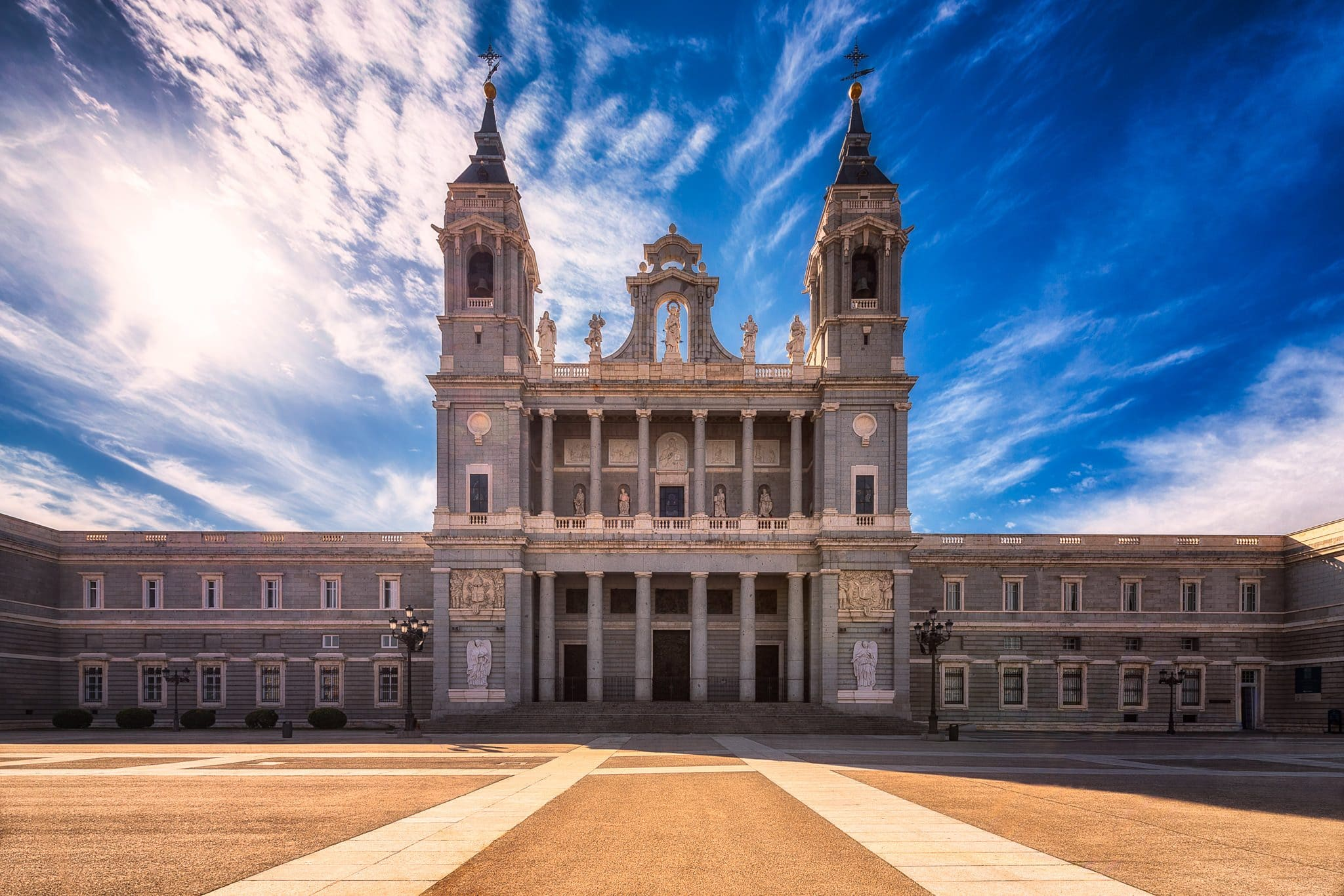 Almudena-Kathedrale und Plaza de la Armaria - die wichtigsten Touristenattraktionen in Madrid an einem sonnigen Tag im Februar.