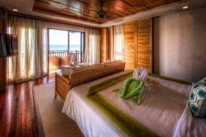 Berjaya Resort op Langkawi, Chalet aan het water - uitzicht op de slaapkamer.