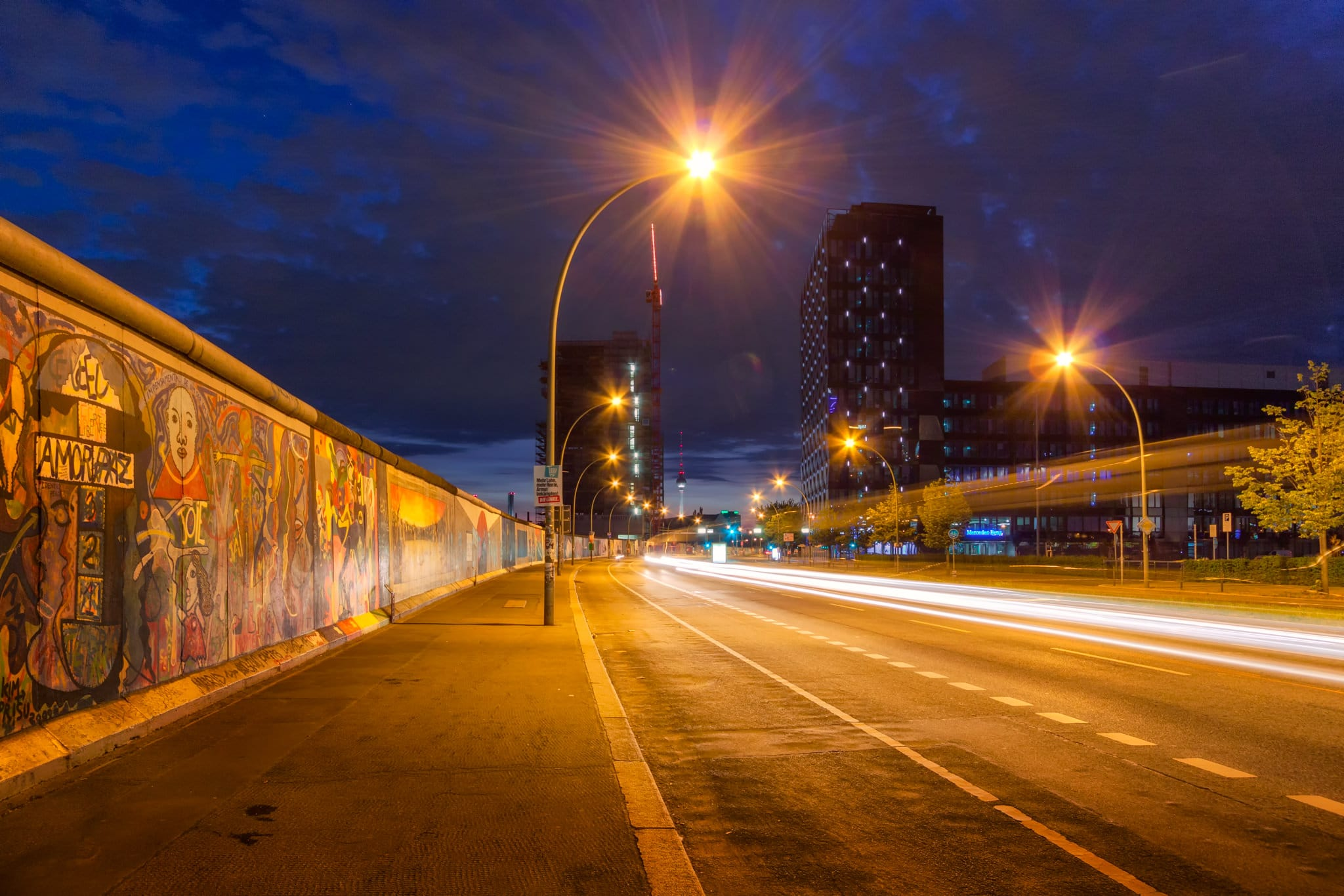 Berliner Mauer – The Berlin Wall during the night.