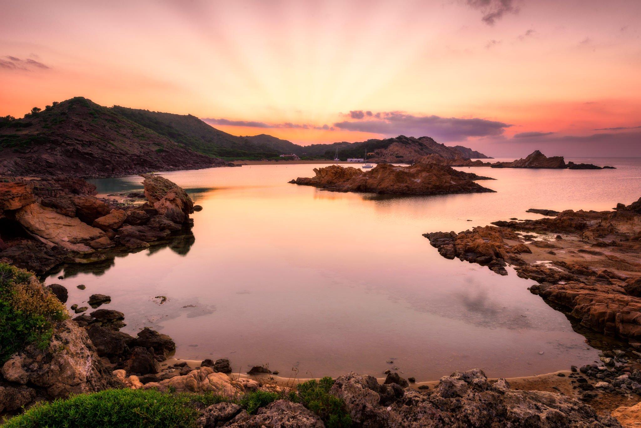 Cala Pregonda auf der Insel Menorca während eines Sonnenuntergangs.