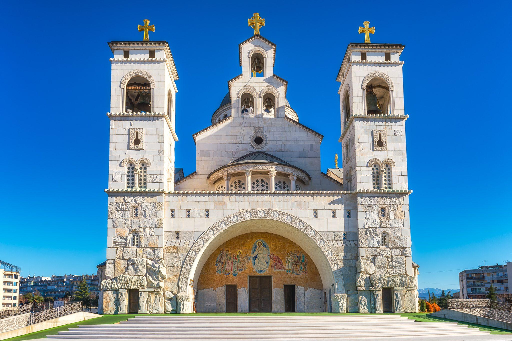 Die Kathedrale der Auferstehung Christi in Podgorica, Montenegro, ein Zeichen moderner Architektur mit byzantinischen Elementen.