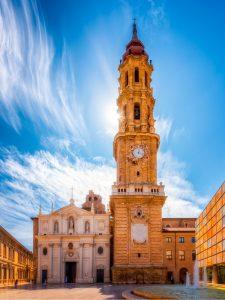 De Kathedraal van de Verlosser van Zaragoza (La Seo) bij de rivier de Ebro.