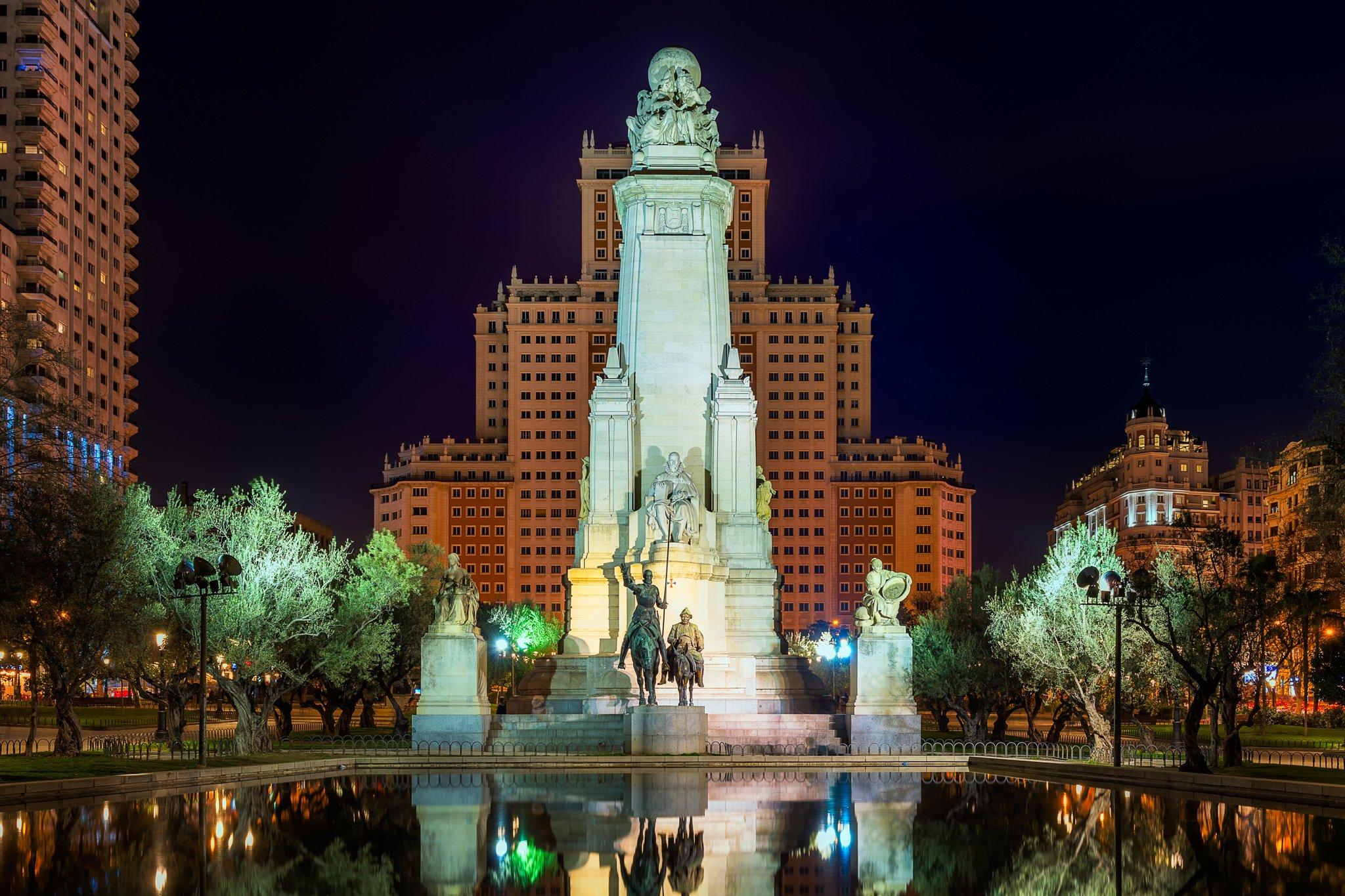 Cervantes-Denkmal mit Don Quichote Sancho Pensa auf der Piazza de España in Madrid während der Nacht.