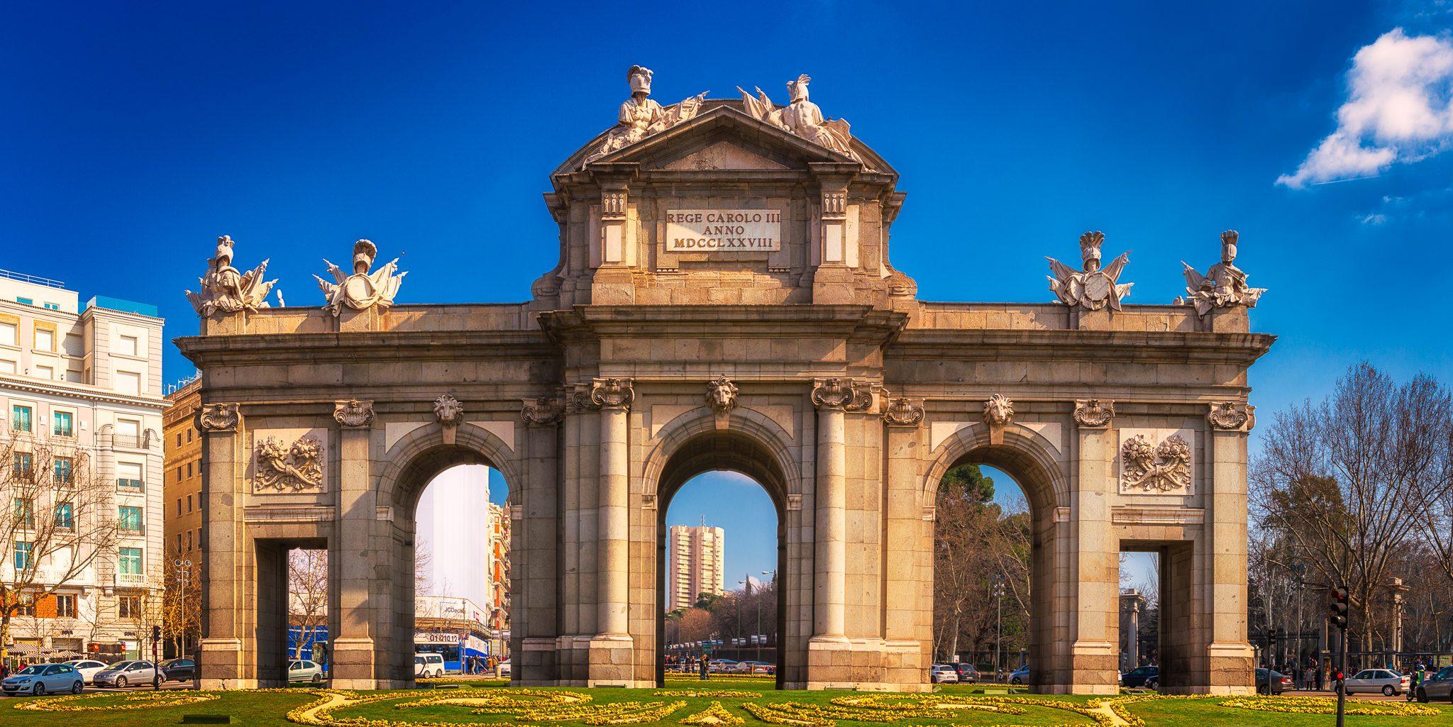 Puerta de Alcalá in Madrid, Spanien mit einem blauen Himmel als Hintergrund.