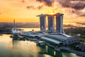 Singapur Marina Bay zusammen mit dem Marina Bay Hotel bei Sonnenaufgang.