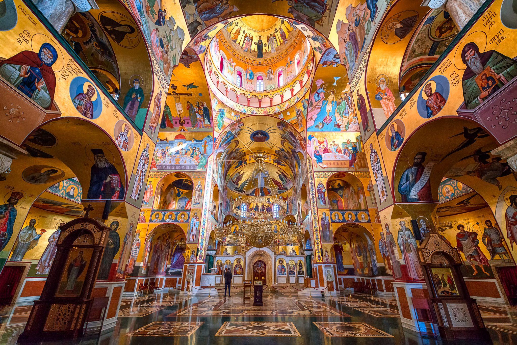 Das Innere der Kathedrale zur Auferstehung von Christus, mit modernen Fresken, Podgorica, Montenegro.