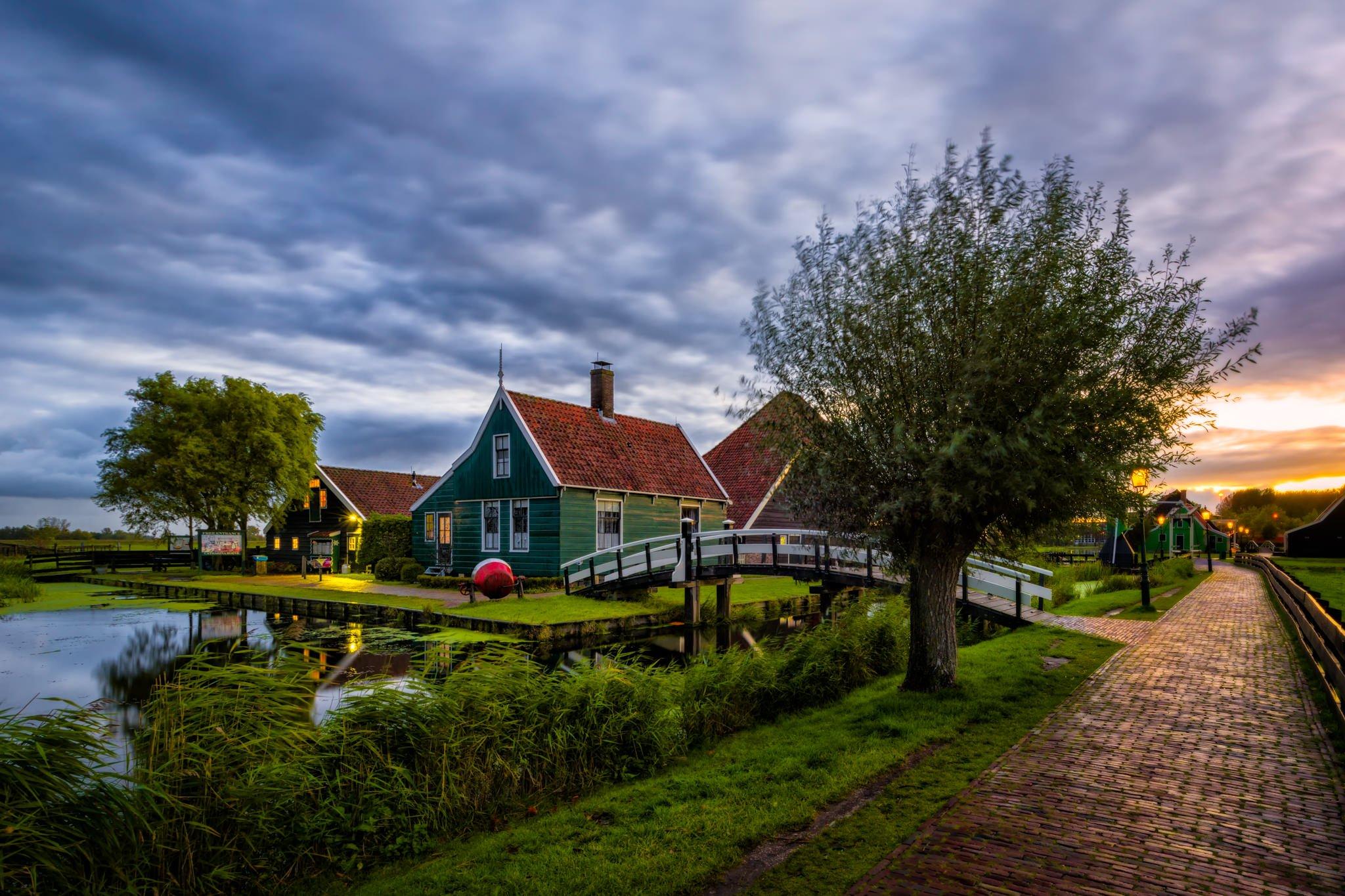 Wioska Zaanse Schans w Holandii o wschodzie słońca