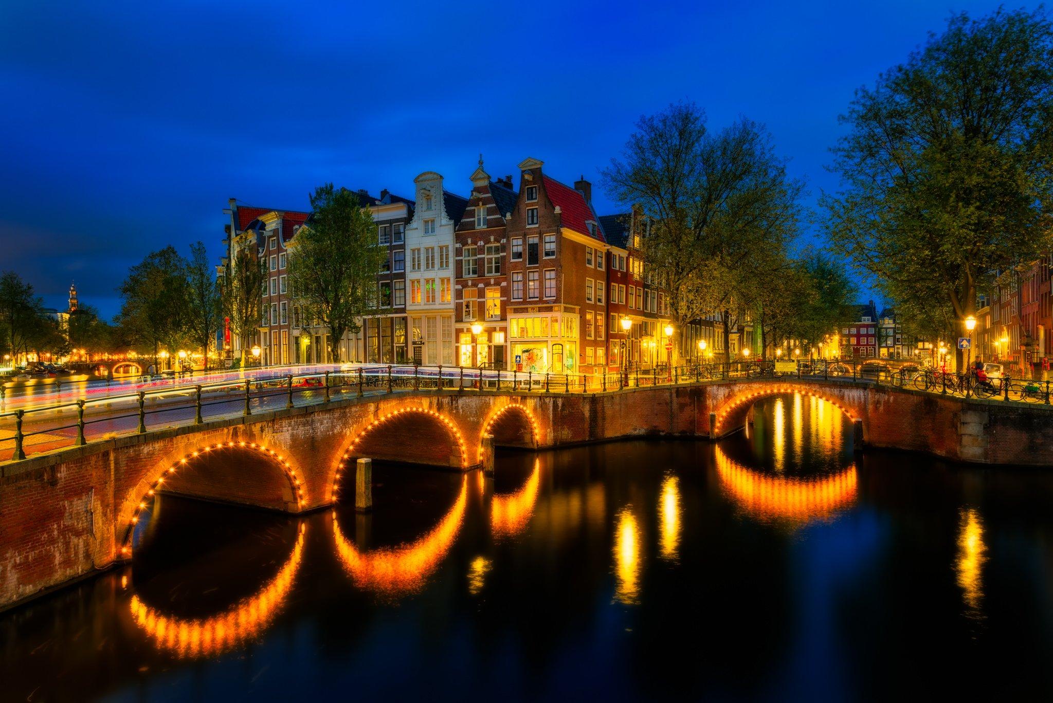 Amsterdamer Keizersgracht, unterhalb einer Brücke während der blauen Stunde, Niederlande.