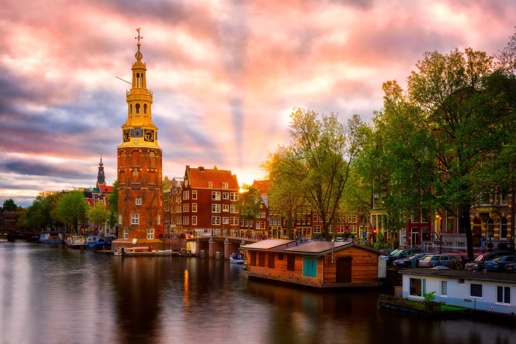 Amsterdam, Montelbaanstoren bei Sonnenuntergang – Kanalansicht, Niederlande.