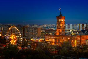 Berlin Rotes Rathaus (Altes Rathaus) während der Nacht, Deutschland.