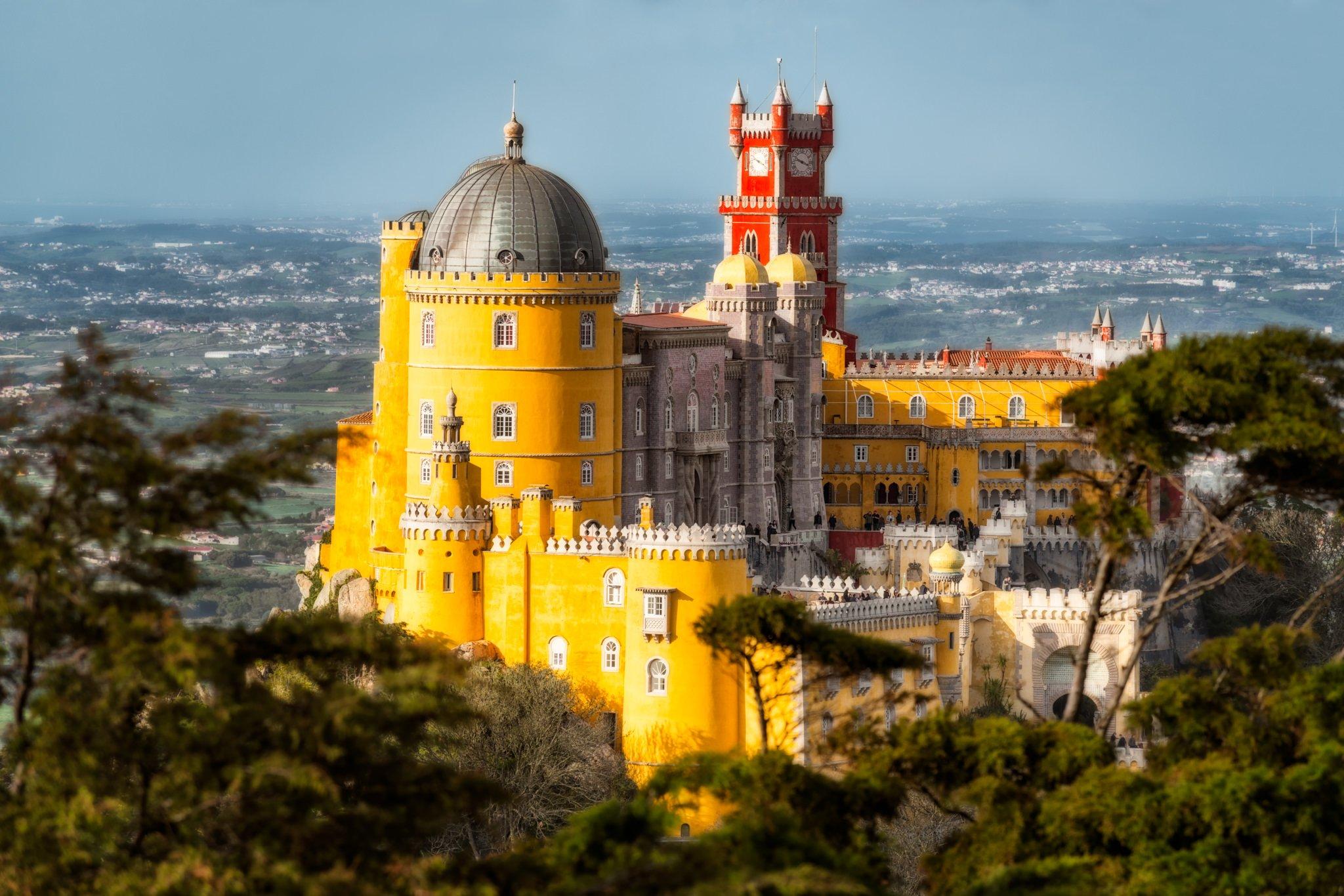 Der Palácio da Pena im Sintra-Gebirge, Portugal. Ein sonniger Tagesblick vom Park aus.