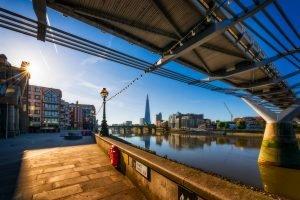 Ein Spaziergang durch London an einem sonnigen Tag in England. Foto mit The Shard und der Millennium Bridge im Hintergrund.