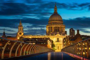 Sonnenaufgang auf der London Millennium Bridge, mit der St. Paul's Cathedral im Hintergrund; England.