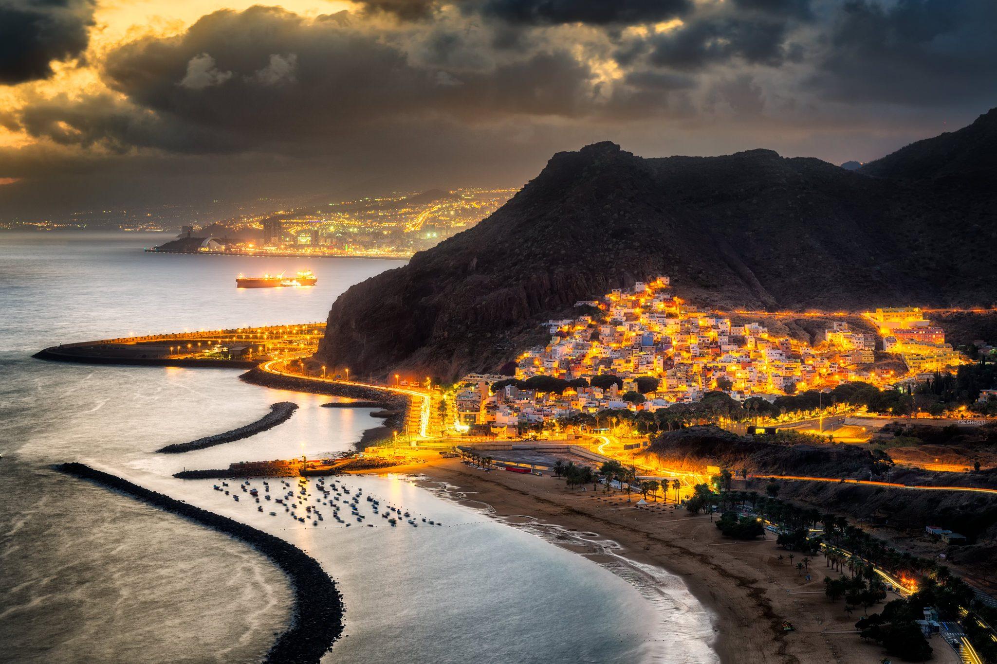Sonnenuntergang über Las Teresitas und dem Anaga-Gebirge auf Teneriffa, Spanien.