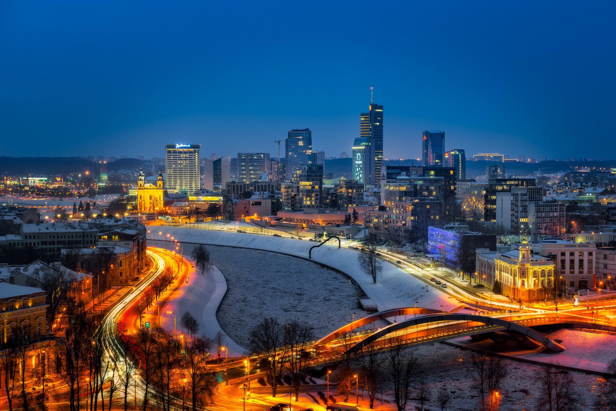 Die Skyline von Vilnius an einem Winterabend, Litauen.