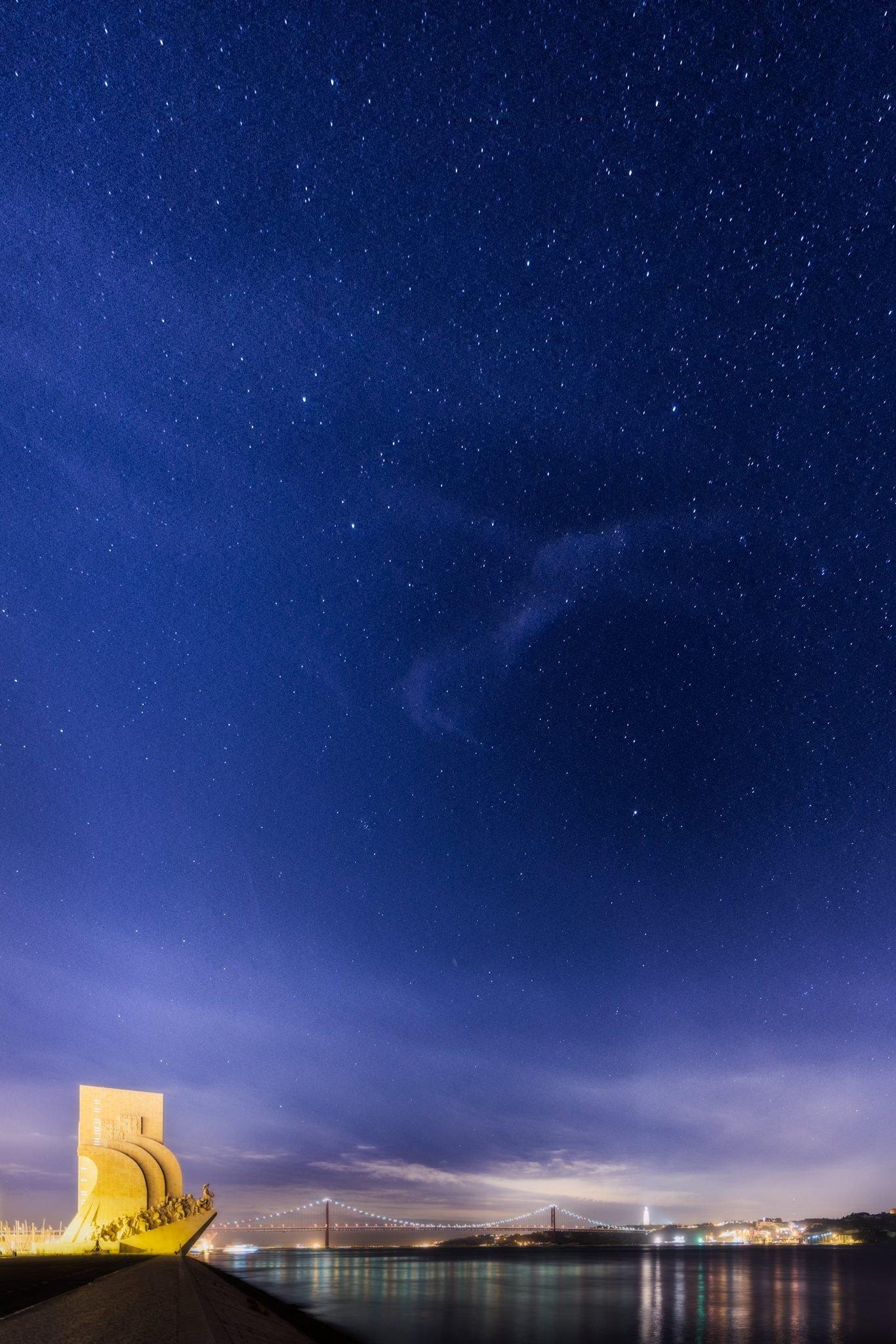 Das Denkmal der Entdeckungen, Sternenhimmel über Lissabon, Portugal.