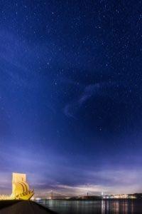 Het Monument voor de Ontdekkingen met sterren boven Lissabon, Portugal.