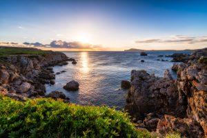 Menorca Cavalleria Kustlijn bij de kliffen, Spanje.