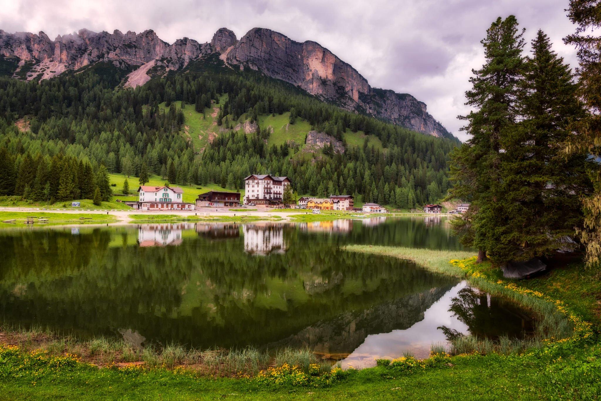 Misurinasee in den Dolomiten, Italien. Es spiegeln sich die Berge in dem See.