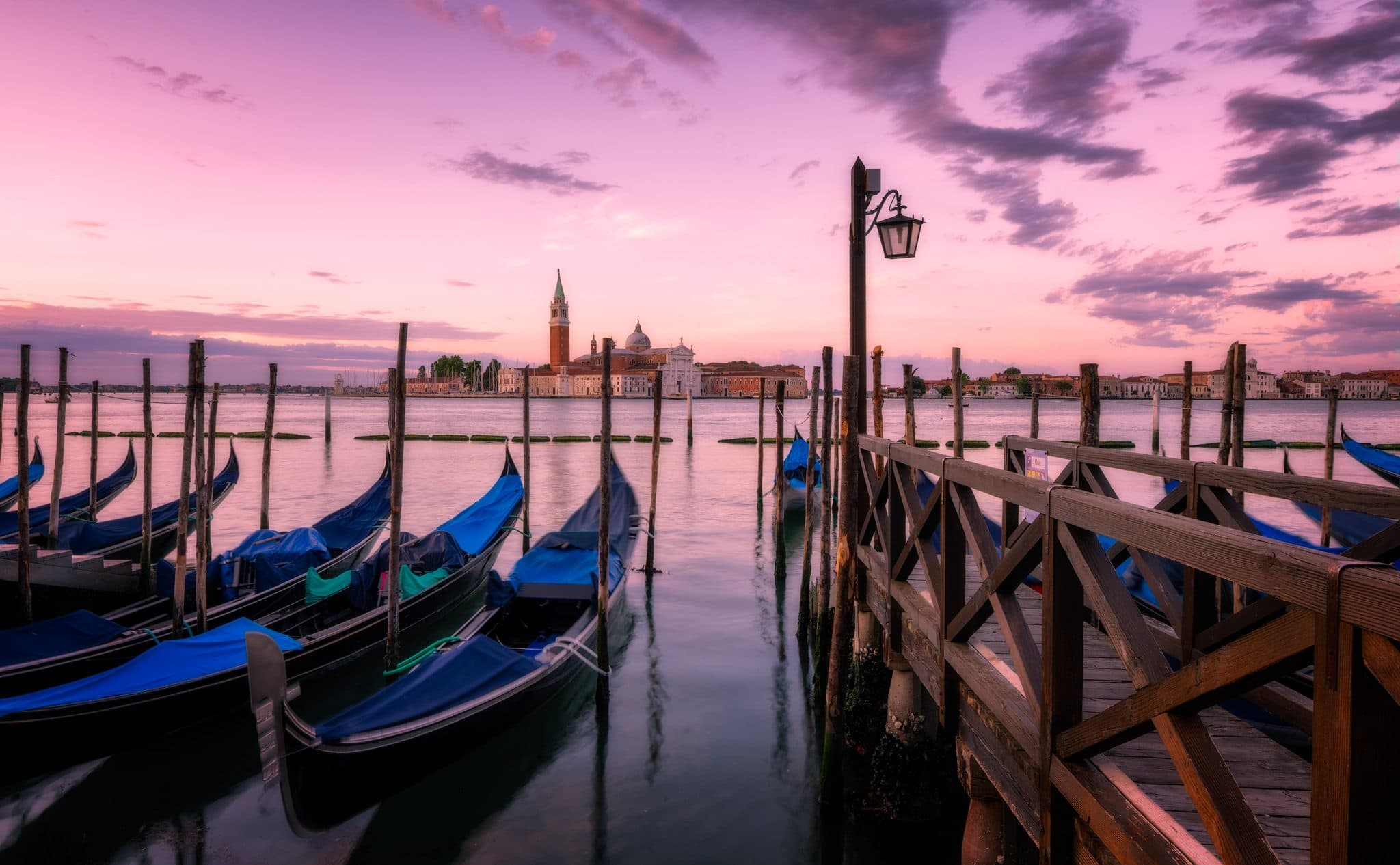 Die Gondeln von Venedig, wie sie ruhig im Wasser liegen; Sommer in Italien.