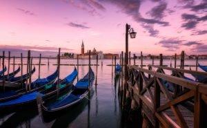 Stilstaande gondels in Venetië; zomer in Italië