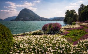 Lugano en het Luganomeer tijdens een zomer in de Alpen; Ticino regio in Zwitserland.