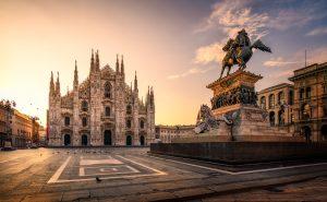 Piazza del Duomo bij zonsopgang - Milaan, Italië.