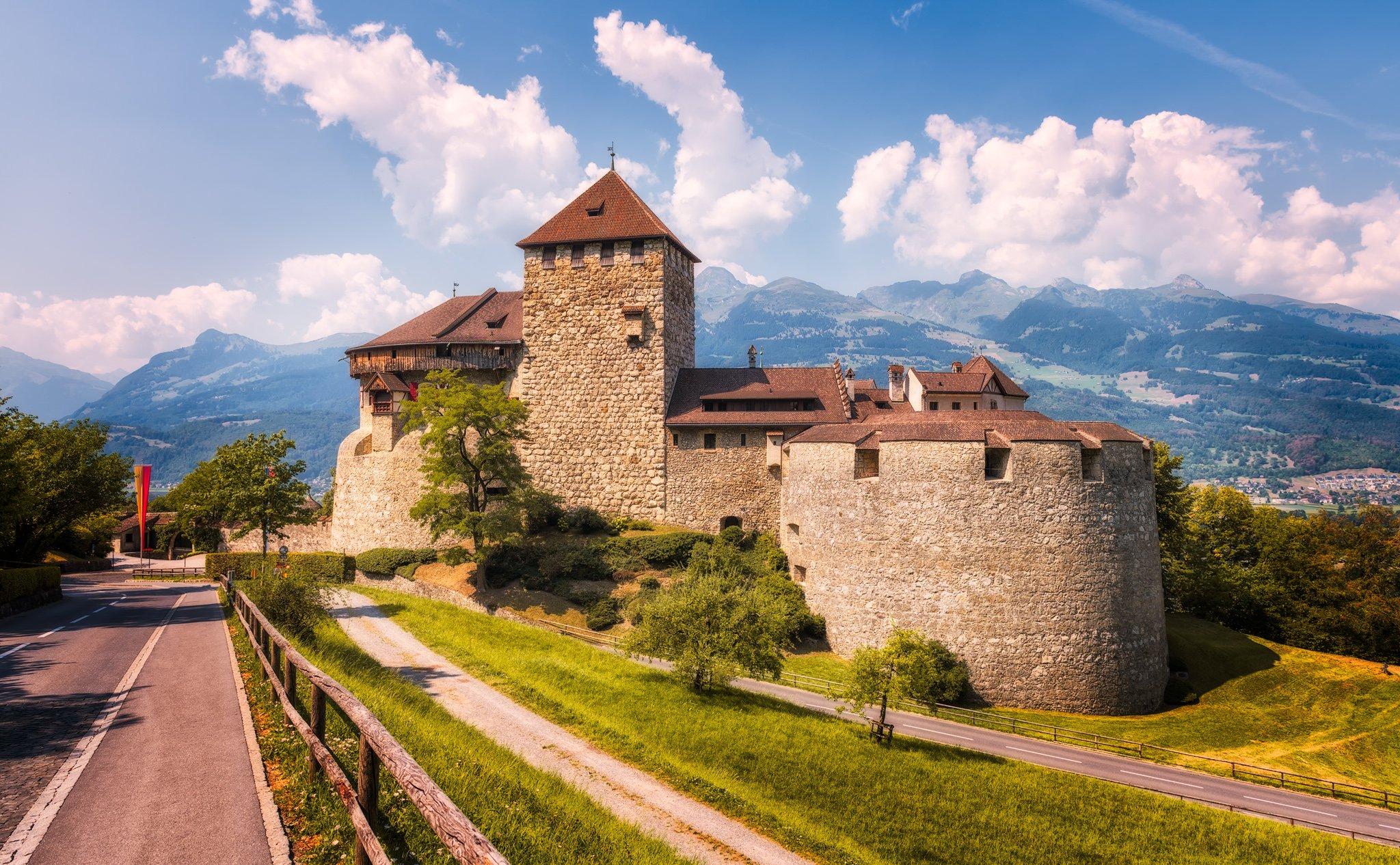 Liechtenstein - Vaduz kasteel. Een zomers bezoek aan het Alpenland.