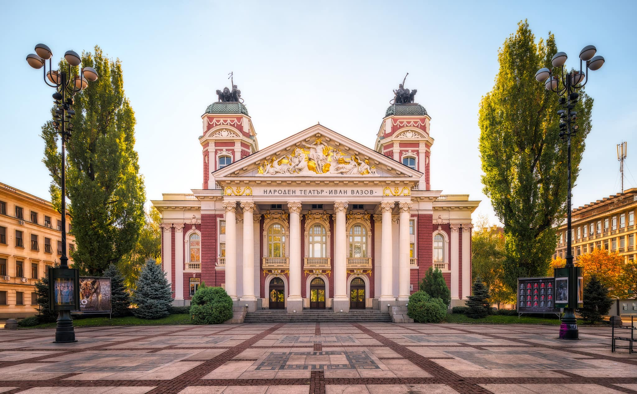 Ivan Vazov Nationaal Theater in de ochtendzon in Sofia, Bulgarije.