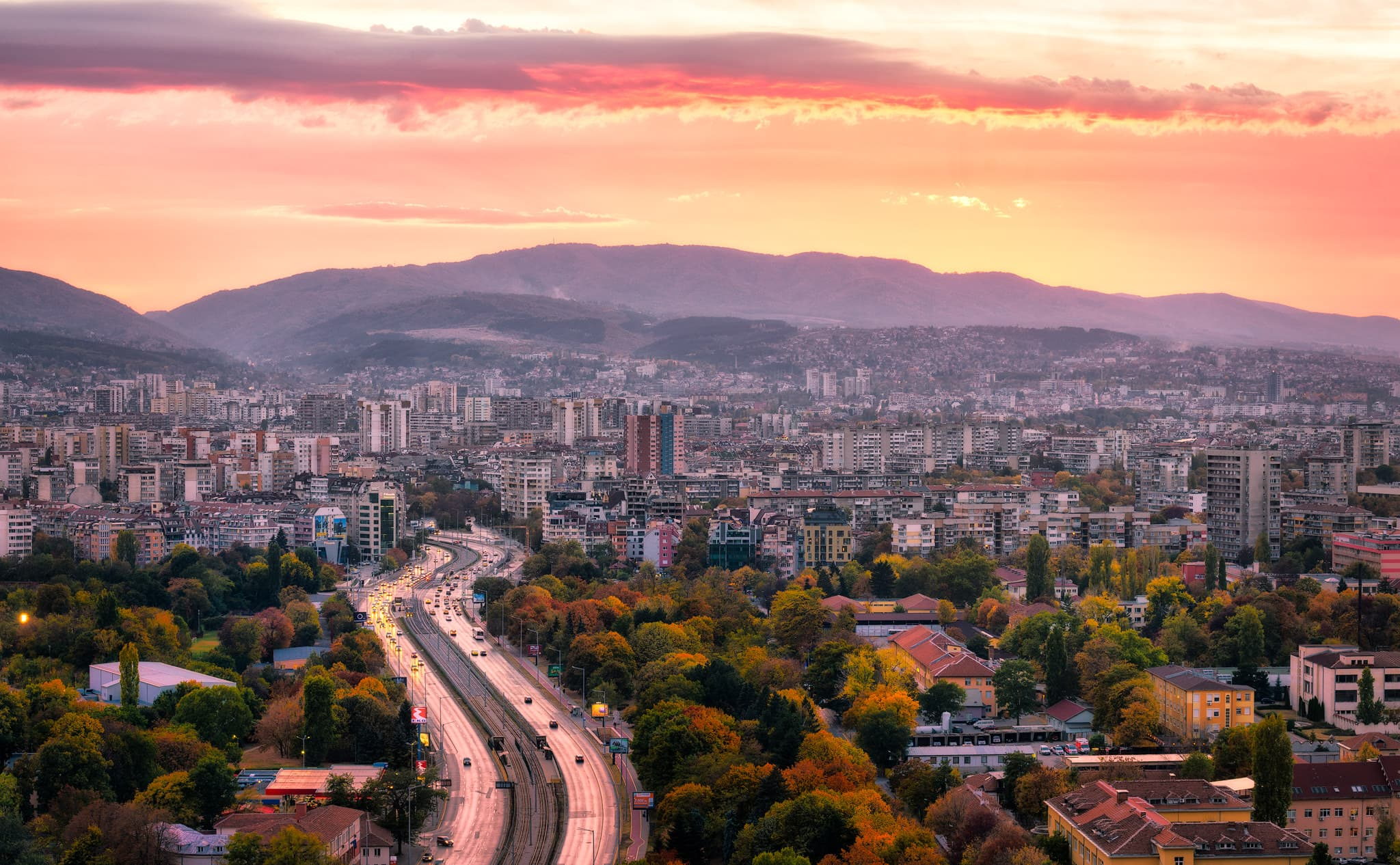 Sofia Sonnenuntergang hinter dem Bergpanorama, Bulgarien.