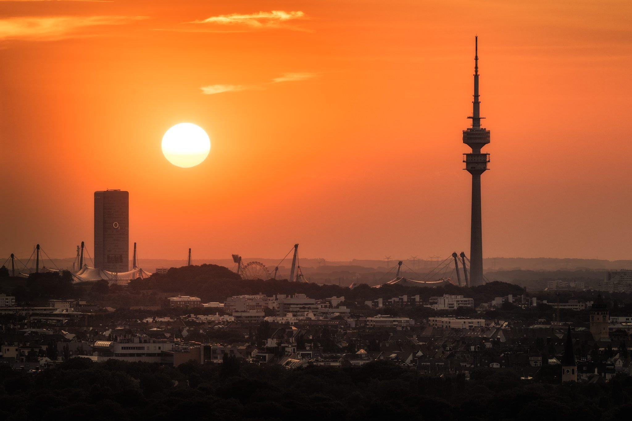 Münchener Skyline und Der Olympiaturm (Olympiaturm im Olympiapark), Deutschland.