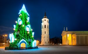Vilnius in Litouwen met zijn kathedraalplein is de perfecte locatie voor oudejaarsavond.