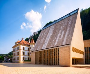 Gebäude des Liechtensteinischen Landtags und die Burg Vaduz, Liechtenstein