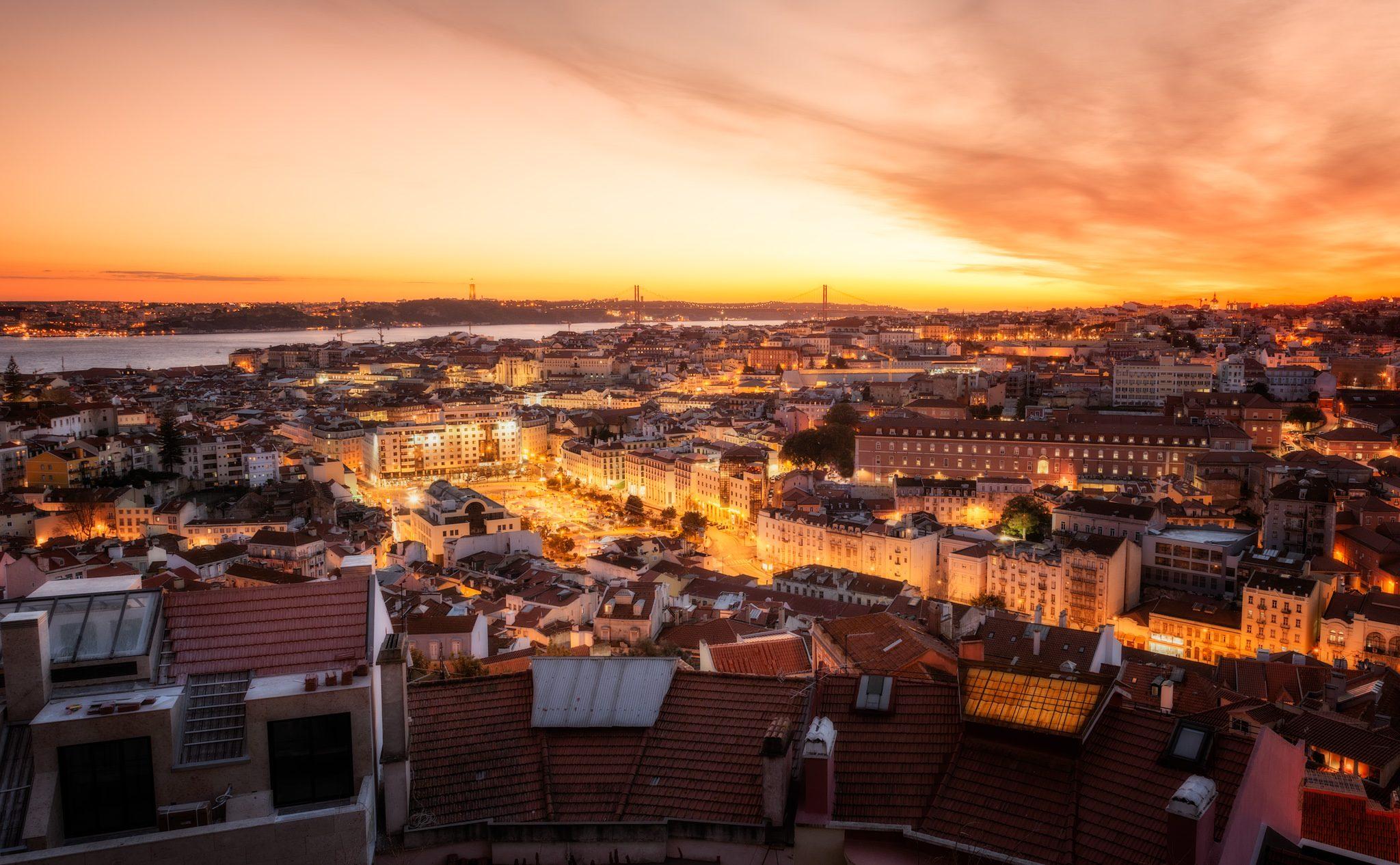 Blick auf Lissabon mit Sonnenuntergang bis nach Avenidas Novas; Portugal.