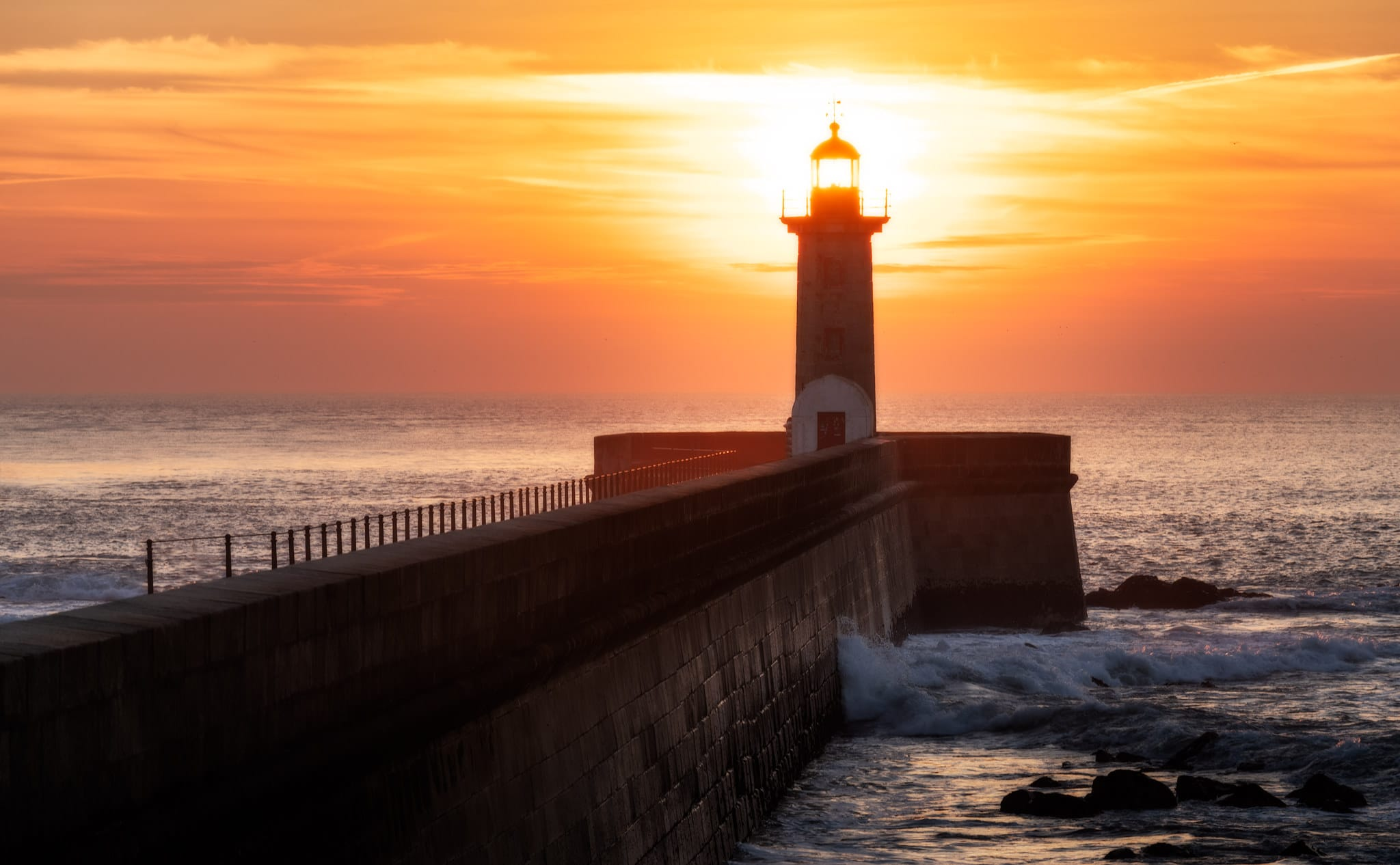 Zachód słońca w Porto i latarnia morska Felgueiras w zimowy wieczór w Portugalii
