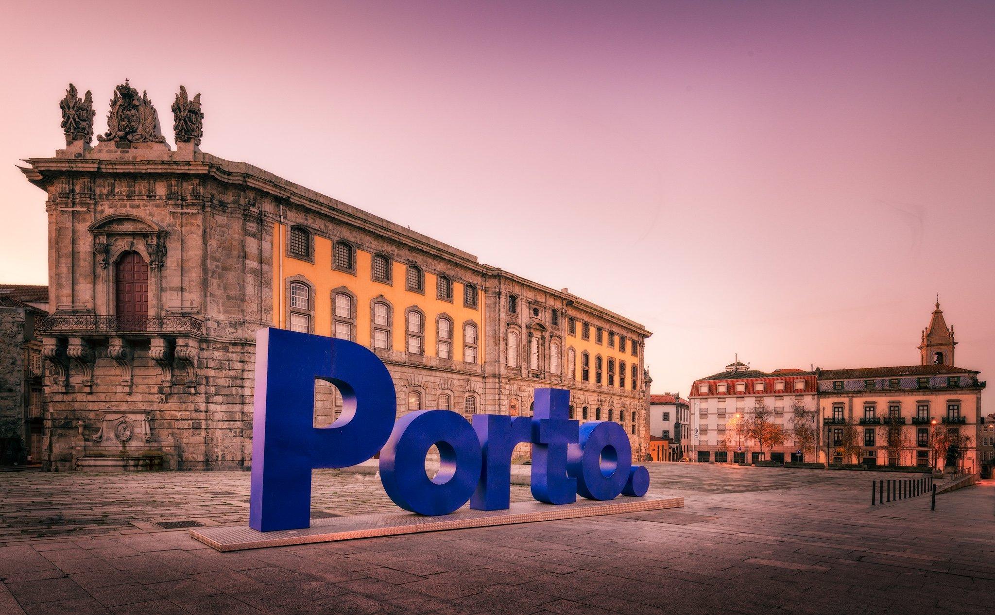 Porto Stadtzentrum, klarer Himmel und das Schild von Porto; Portugal