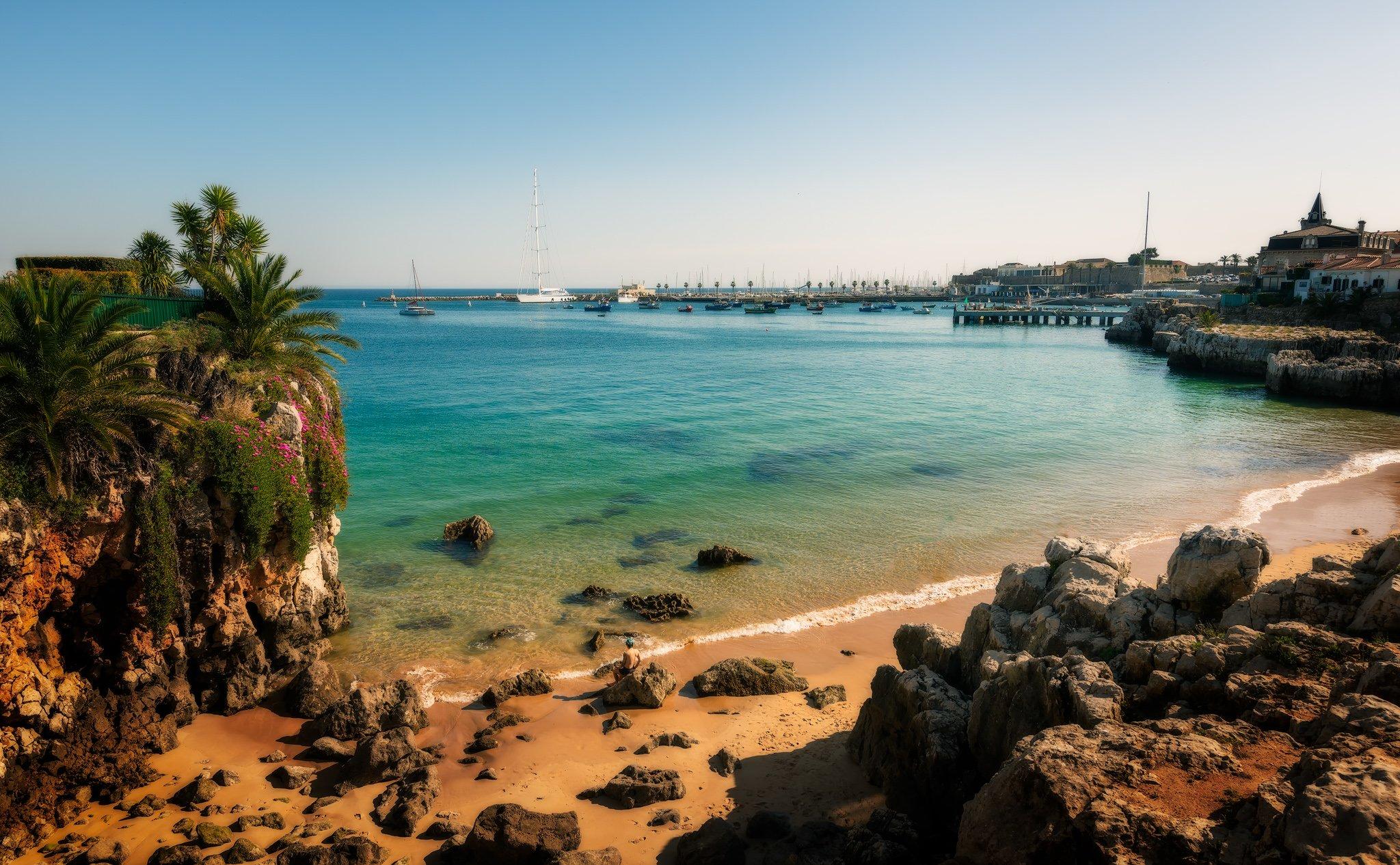 Cascais w słoneczny dzień - Praia da Rainha (Plaża Królowej); Portugalia.