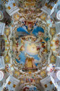 Wieskirche of De bedevaartskerk van Wies interieur in Beieren, Duitsland.
